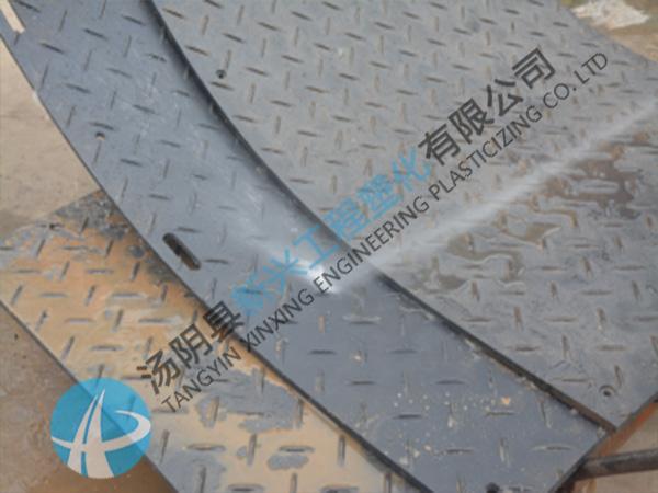 泥泞路面防滑路基板